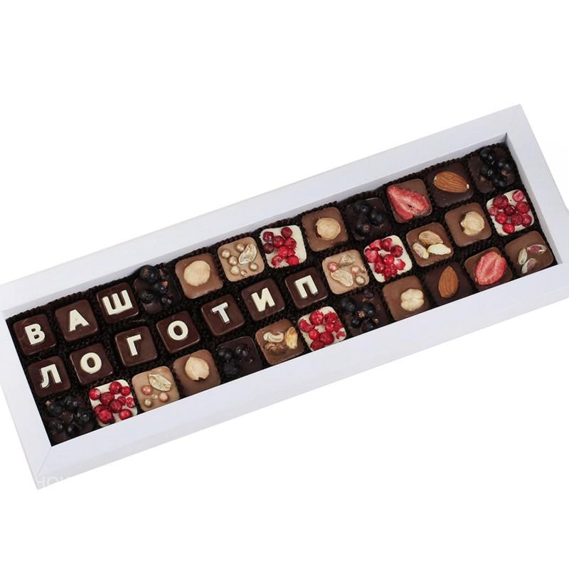 Подарок Бренд из конфет в белой коробке с лентой